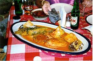 obalované zeleninky v omáčce tepozteco, v ruce nad mísou je ukousnutá tortilla z černé kukuřice, Tepoztlán, Morelos.