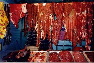 16 – prostěradla z hovězího masa v tržnici, Totonicapán, Guatemala.